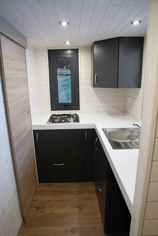 photo tiny house Origin Un coin cuisine simple et fonctionnel
