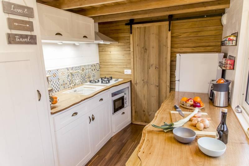 photo tiny house Petit Colibri Une chaleureuse cuisine en bois